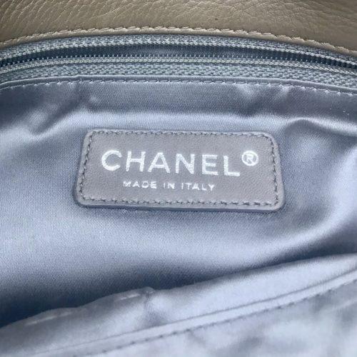 Sac Chanel 2.55 reissue en cuir taupe kaki. Authentique de IconPrincess