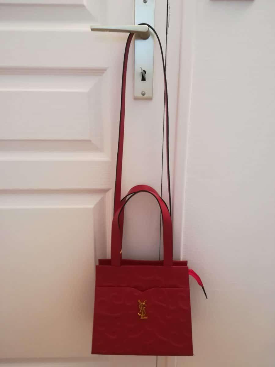 Yves Saint-Laurent Arabesque Cuir rouge embossé, état neuf. Iconprincess_icon princess